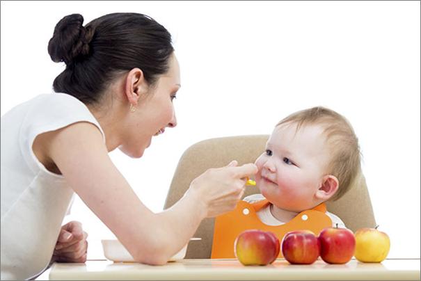 Mùa hè, mẹ nên cho trẻ ăn hoa quả chứa nhiều vitamin C.