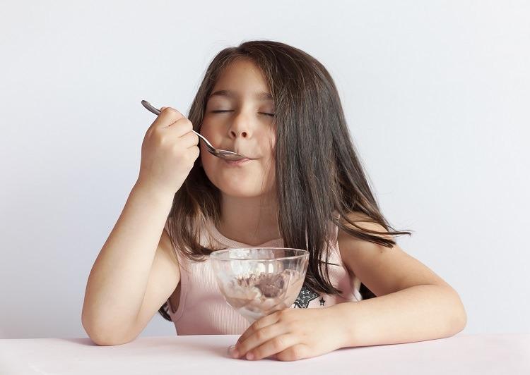 cho trẻ ăn kem làm dịu bệnh