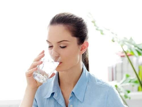 Làm gì khi bị sốt xuất huyết? Hãy bổ sung nước để cơ thể không rơi vào tình trạng mất nước