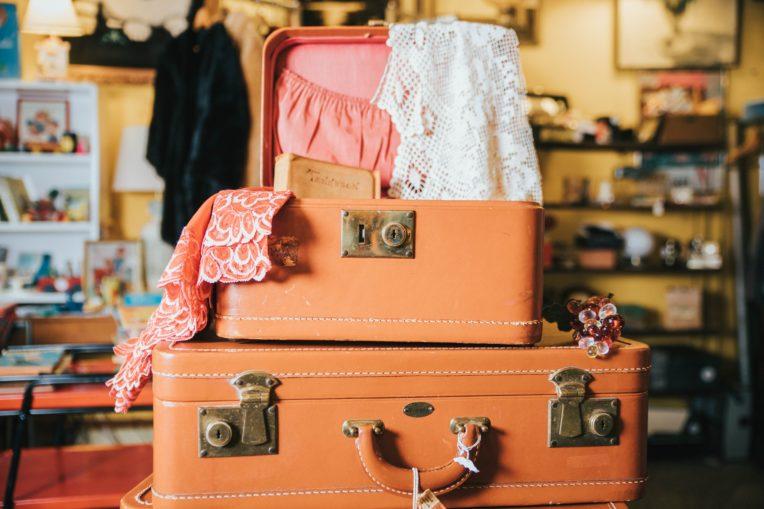 đóng gói hành lý với vali và balo nhỏ gọn