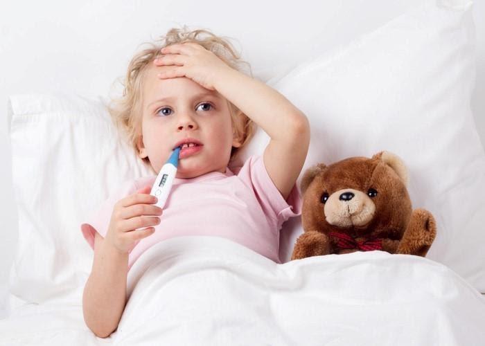 Khi bé bị sốt, bé thường tỏ ra vô cùng khó chịu và mệt mỏi
