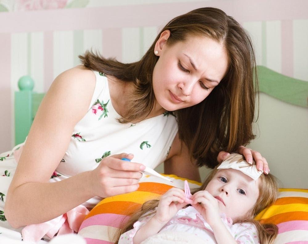 Khi trẻ nhỏ bị sốt, bố mẹ nên kiểm tra nhiệt độ của trẻ thường xuyên để theo dõi tình hình sức khỏe của trẻ