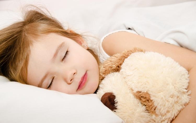 Cho bé nghỉ ngơi cũng là một cách hạ sốt nhanh cho bé