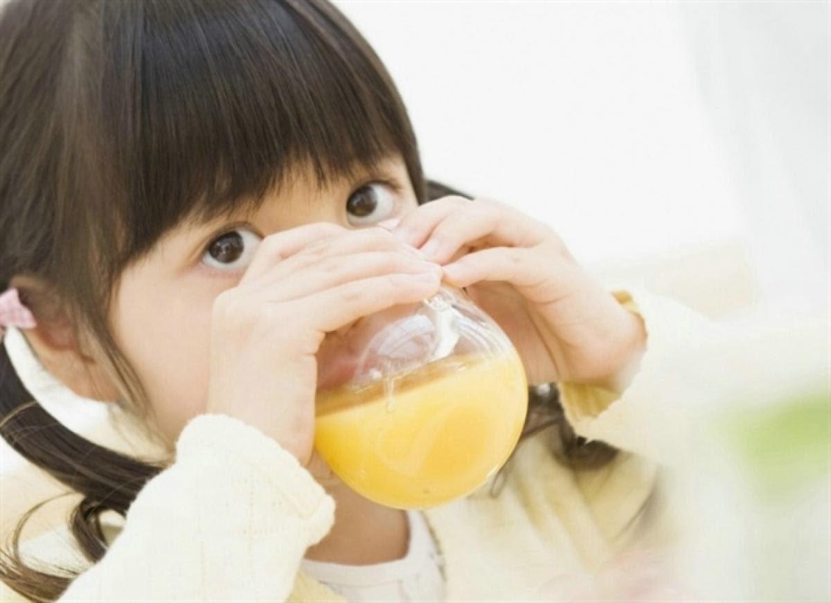 Nên bổ sung vitamin C cho bé qua các loại nước uống để hạ sốt cho bé và tăng cường sức đề kháng
