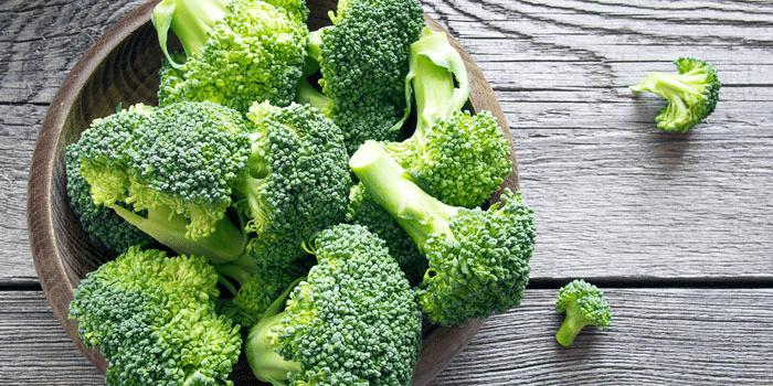 Bông cải xanh giàu vitamin và chất xơ, cung cấp chất dinh dưỡng và giúp hạ nhiệt cơ thể. Đây là một trong những phương án cho thắc mắc sốt nên ăn gì
