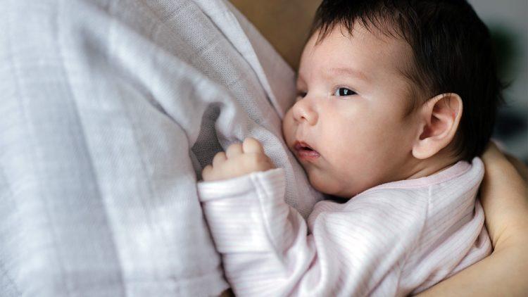 Tình trạng trẻ tiêm phòng bị sốt rất dễ xảy ra. Bố mẹ nên theo dõi, kiểm tra nhiệt độ của bé sau khi tiêm phòng