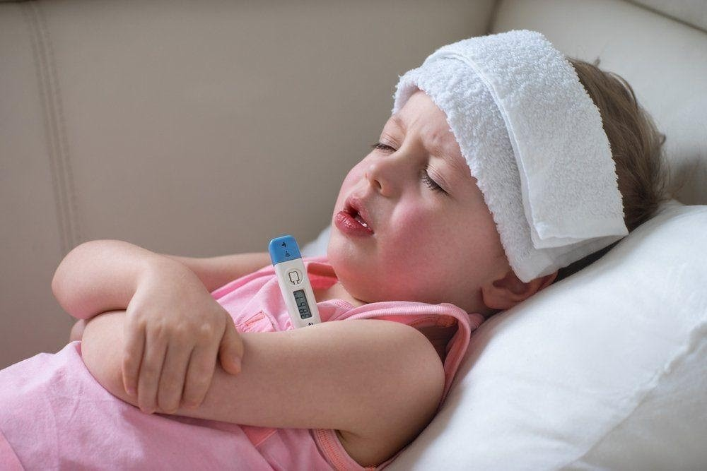 chườm nước ấm hạ sốt cho trẻ
