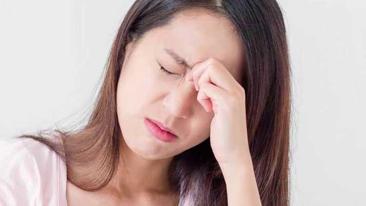 Đau nửa đầu bên phải, đau đầu phía trên tai phải gây khó chịu cho người bệnh