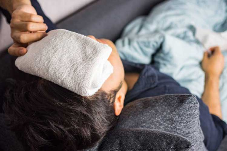 chườm khăn trước trán trị đau đầu