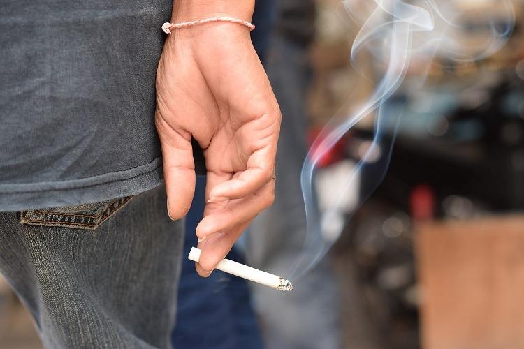 đau họng do khói thuốc lá