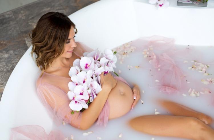 sử dụng nước ấm để tắm cho mẹ bầu hạ sốt
