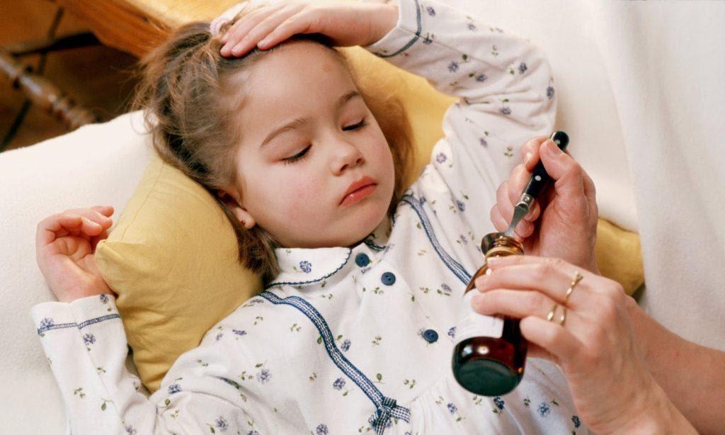 cho bé uống thuốc hạ sốt