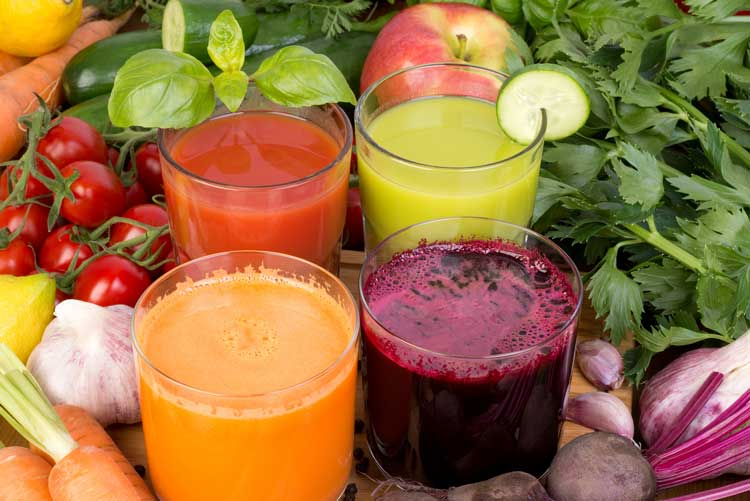 Nước ép rau củ hoặc trái cây không chỉ tăng cường đề kháng mà còn giúp da dẻ thêm hồng hào.