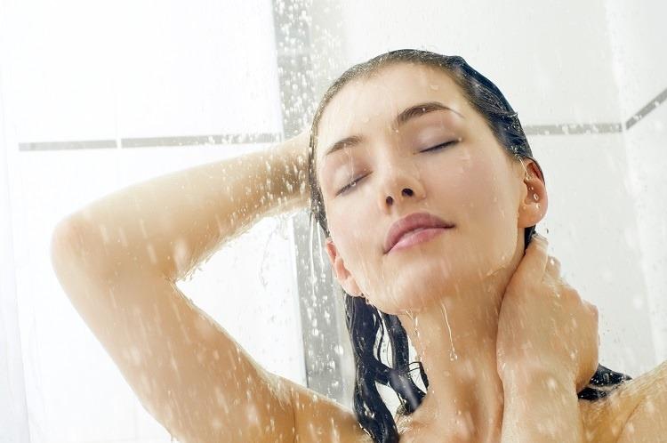 tắm bằng nước ấm khi bị chảy nước mũi