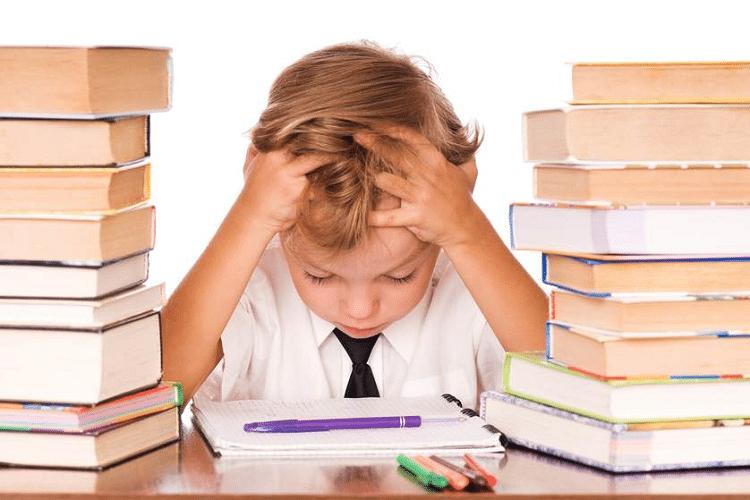 Trẻ bị đau đầu do căng thẳng