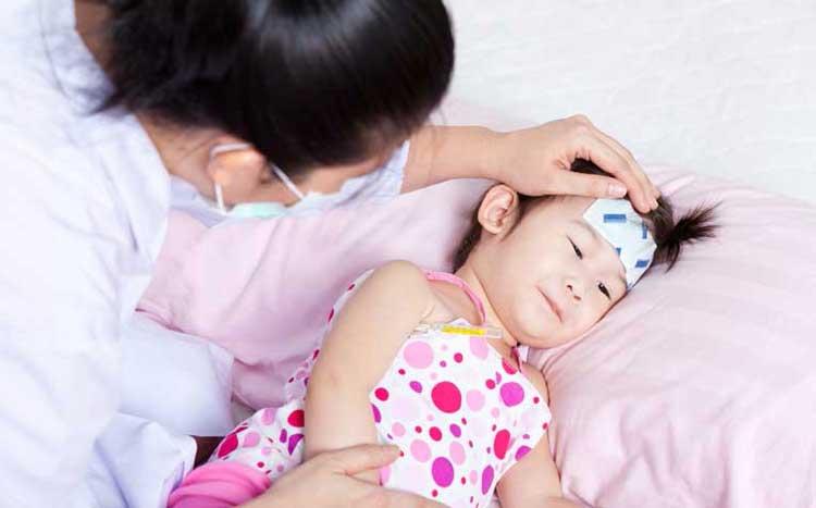 trẻ bị sốt nên làm gì
