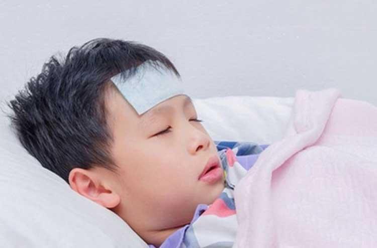 làm gì khi trẻ bị sốt