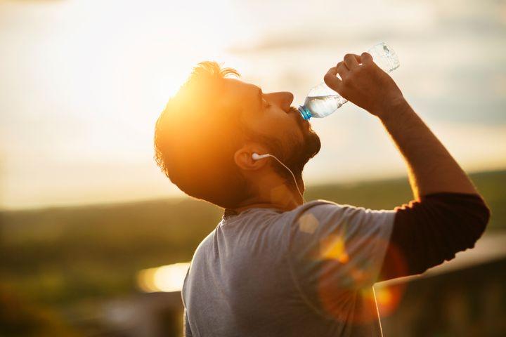 giảm đau đầu nhờ uống nước đầy đủ