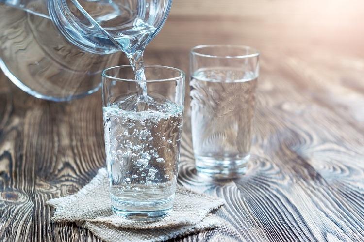 uống nhiều nước khi chảy nước mũi để không mất nước