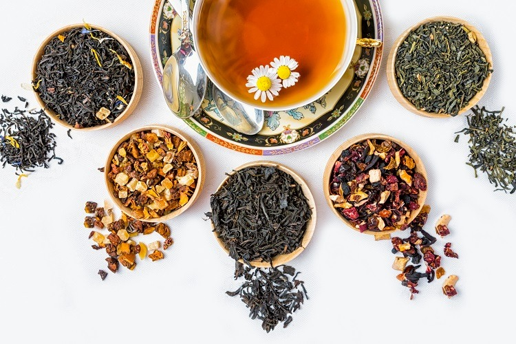 uống trà ấm để trị sổ mũi