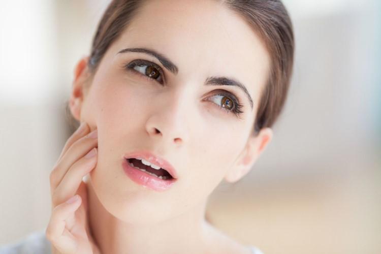 Đau nhức quai hàm có thể xuất hiện do nhiều yếu tố khác nhau