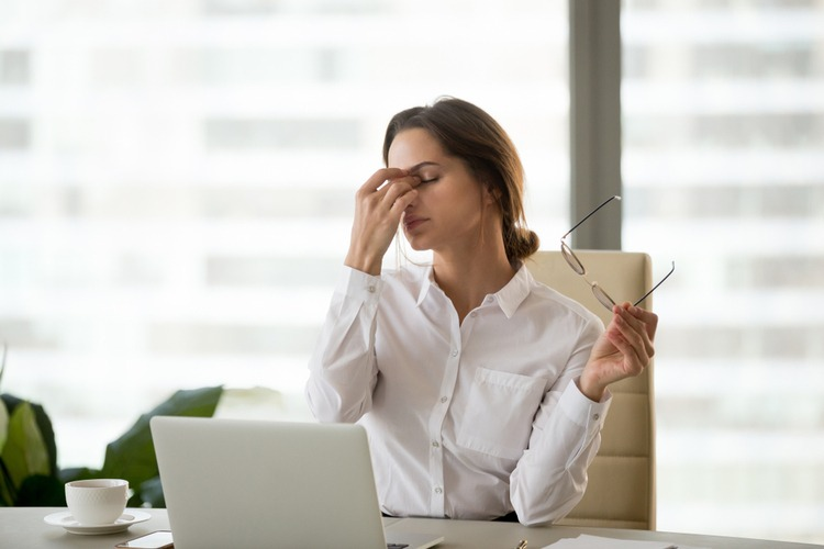 đau đầu từng cơn gây nhức mắt
