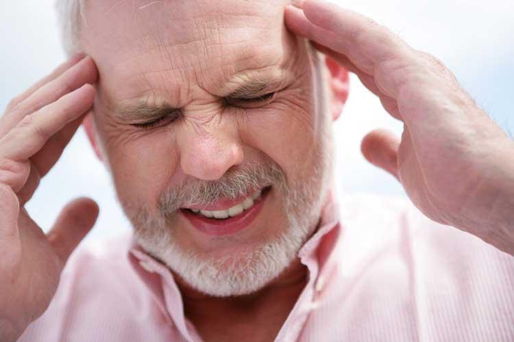 Đi khám bệnh khi bị đau đầu dữ dội
