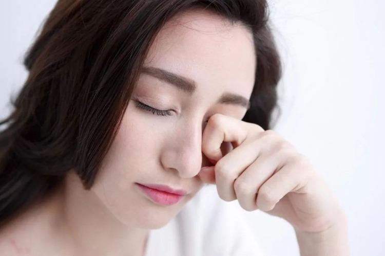 Hạn chế dùng tay dụi mắt để phòng ngừa cảm lạnh