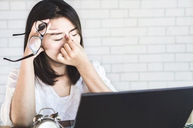 mỏi mắt do ngồi máy tính