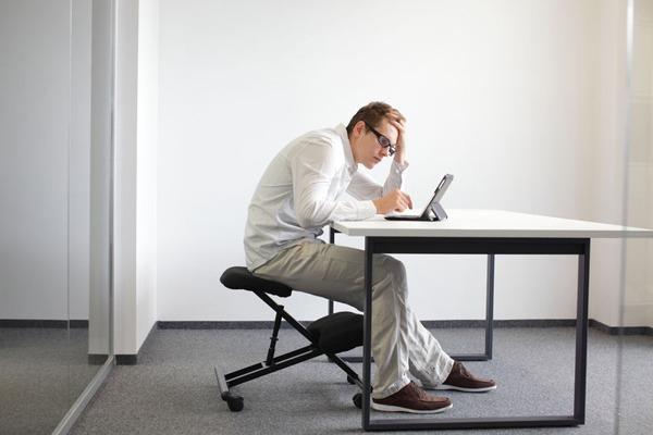 sai tư thế ngồi gây đau đầu