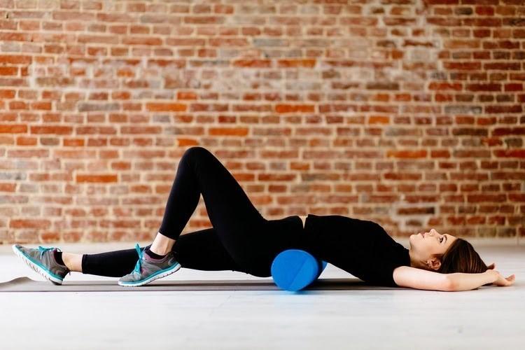 Sử dụng ống lăn foam roller rất hiệu quả trong việc điều trị các cơn đau nhức.