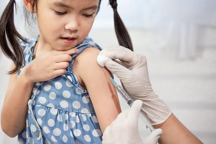 tiêm vắc xin ngừa bệnh sởi và thủy đậu