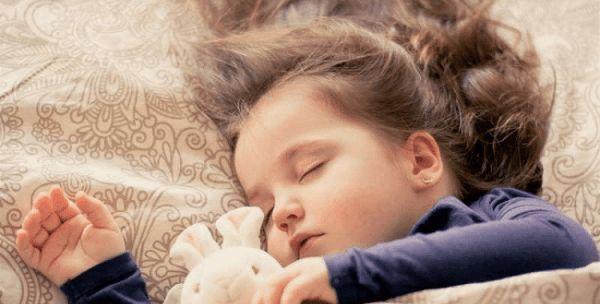 Tình trạng đau đầu khiến trẻ thường xuyên mệt mỏi, chán ăn