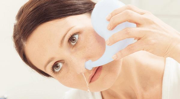 giảm sổ mũi bẳng cách rửa mũi bằng nước muối sinh lý