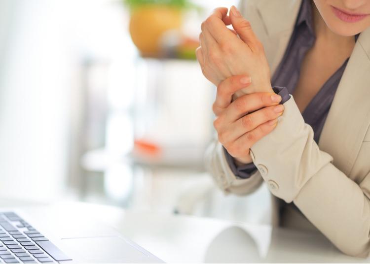 Tình trạng viêm khớp cổ tay dễ bị nhầm lẫn với các triệu chứng đau nhức gân tay hoặc đau nhức mu bàn tay