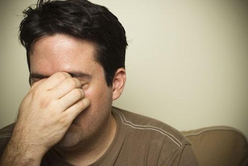 nhức đầu ở người viêm xoang trán