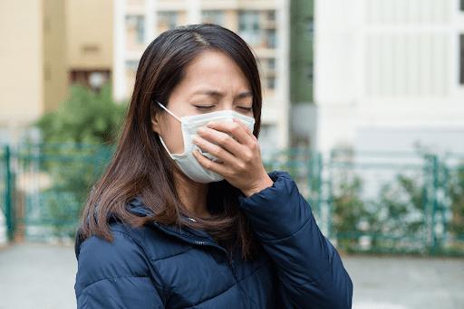 Sốt cao đau đầu kèm theo các triệu chứng như ho, chảy nước mũi, nghẹt mũi,.. có thể là dấu hiệu của sốt siêu vi