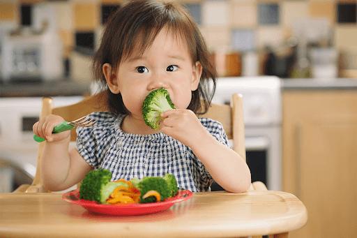 cho trẻ ăn uống đủ chất