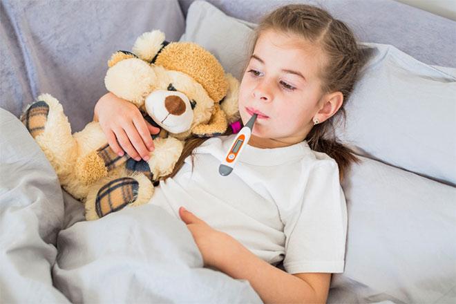 Theo dõi nhiệt độ và các triệu chứng khác thường xuyên trong thời gian bị bệnh