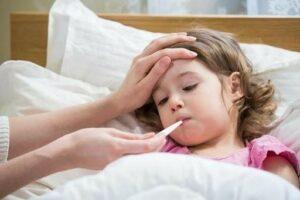 Khi bé sốt cao tay chân lạnh, mẹ nên theo dõi nhiệt độ cơ thể của bé thường xuyên