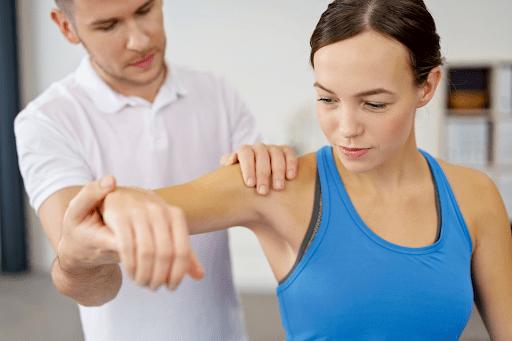 Tập luyện các bài tập kéo giãn cơ vai phù hợp là cách phòng ngừa cứng khớp và giảm đau nhức cơ vai hiệu quả