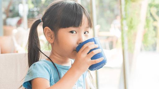 Bố mẹ nên khuyến khích bé uống nhiều nước để hạ sốt.
