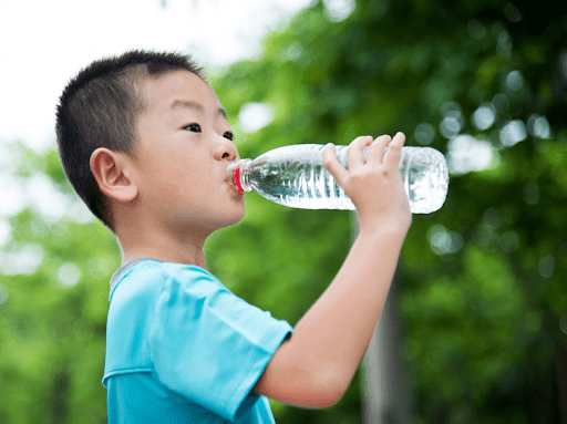 Nên khuyến khích bé uống nhiều nước khi bị cảm.