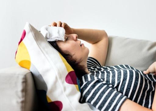 Ho sốt cao, đau đầu, ớn lạnh là những triệu chứng điển hình của tình trạng sốt cao không rõ nguyên nhân