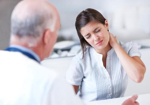 Người bệnh cần thăm khám bác sĩ càng sớm càng tốt nếu cơn đau nhức cổ kéo dài kèm theo các triệu chứng bất thường