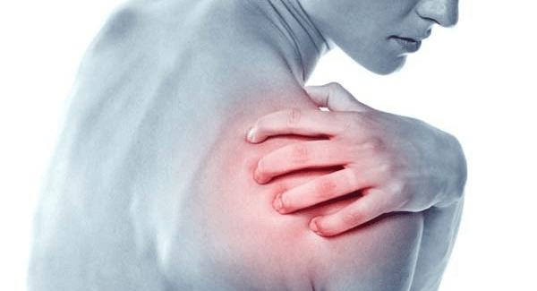 Đau nhức cơ vai là một triệu chứng phổ biến, có thể xảy ra ở mọi đối tượng