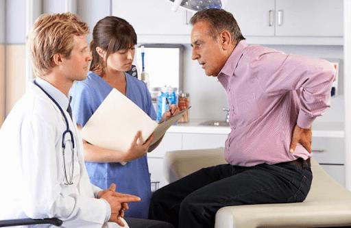 gặp bác sĩ nếu tình trạng đau lưng diễn tiến ngày một nghiêm trọng