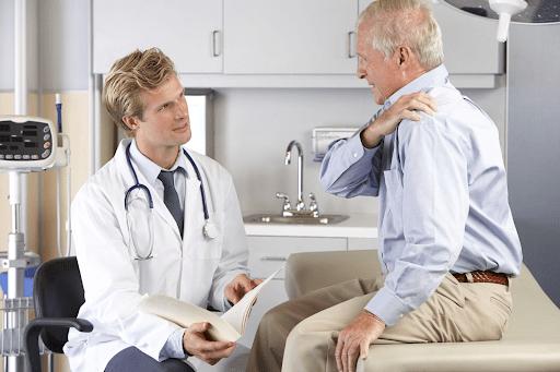 Thăm khám bác sĩ nếu đau nhức cơ vai kéo dài