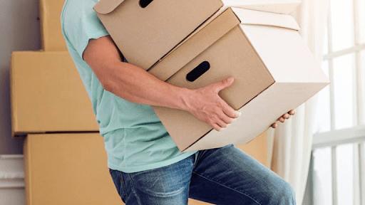 mang vác vật nặng sai cách có thể dẫn đến đau lưng
