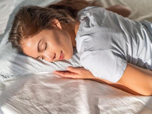 Thói quen nằm sấp khi ngủ có thể tăng áp lực lên cổ, hình thành cơn đau cổ khi thức giấc
